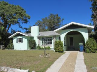 Gorgeous home 10 min beach walk downtown sleep 6, Bradenton