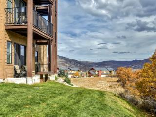 Alluring 2BR Condo w/Wifi, Private Patio, Breathtaking Mountain Views & Spectacular Community Amenities - Just 10 Minutes from Park City's World-Class Skiing, Dining, Shopping & More!, Heber City
