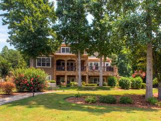 Luxurious 5BR Young Harris House w/Game Room, Private Dock & Impressive Water Views - Spectacular Lakefront Location, Close to Restaurants & Outdoor Recreation! 30 Minutes to Valley River Casino in Murphy, NC