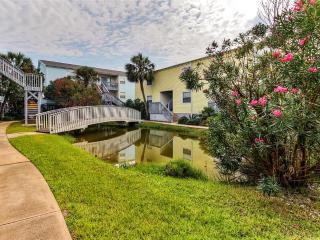 Renovated 2BR Pensacola Beach Condo w/Pool Access