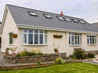 JASMINE COTTAGE, detached seaside cottage with hot tub, flexible accommodation, near beach in Benllech, Ref 906143