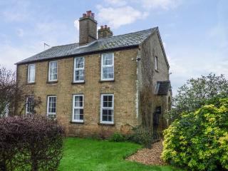 HAWTHORN COTTAGE, character holiday home, open fire, pet-friendly, WiFi, countryside views, Littleport, Ref 923652
