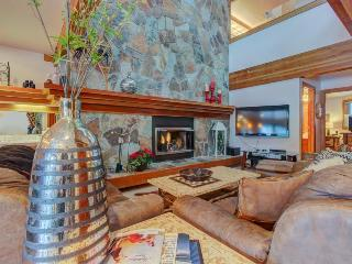 Soak in the shared hot tub & shuttle to ski from this spacious Park City condo!
