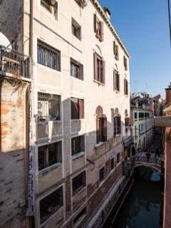 Lion 5 - Modernand quiet two double bedrooms with canal view