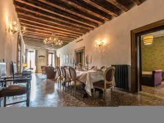 Palazzina Canal - Palazzina Canal is a large apartment with 5 bedrooms that can comfortably host up to10 persons. The apartment has 3 bathrooms and a large family kitchen., Venecia