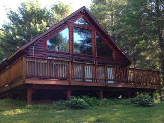 A Four Season Log Cabin Chalet with hot tub!, Bethel