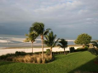 Corner Unit Condo, Direct on the Beach! (2 wk min), Fort Myers Beach