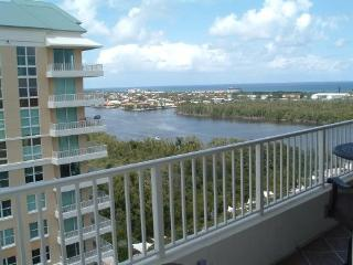 Beach, Intracoastal , beautifully decorated condo, walk to Two Georges.