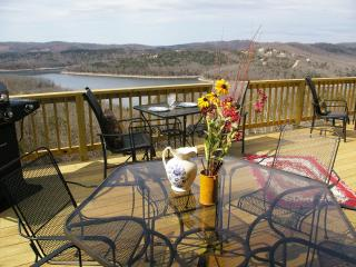 'The Deer Pass Lodge'- Boat Slips Available!, Branson
