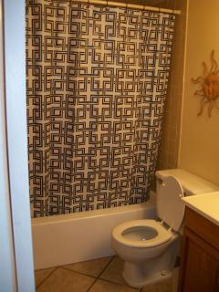 Main 3/pc Bathroom w/tub