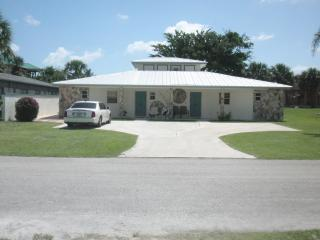 1 block to beautiful beach!   2BR 2BA house.  WiFi, Fort Pierce