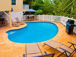 Castaways canal front home, pool, min. to beach, Isla de Sanibel