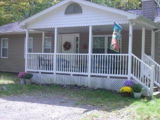 Arrowhead Lake PA Cozy Rancher- 3 BR with Hot Tub, Pocono Lake