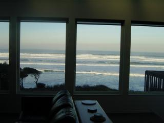 *American Dream* Ocean Front* Hot Tub*Beach Access