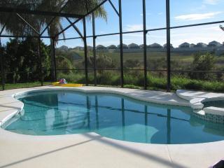 Lakeside pool villa, kissimmee  3 miles disney, Kissimmee
