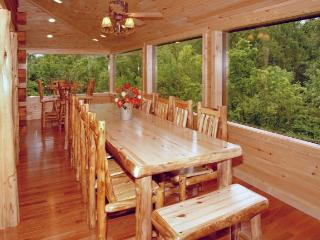MEMORIES & MINISTRIES LUXURIOUS CABIN WITH GLASS PORCH FOR FAMILY REUNIONS!, Sevierville
