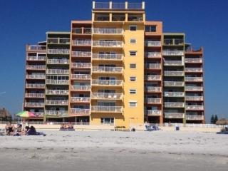 OCEANFRONT AND RENOVATED AT HOLIDAY VILLAS III, Indian Shores