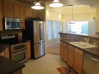Fabulous Ground level condo w/heated communitypool, Scottsdale