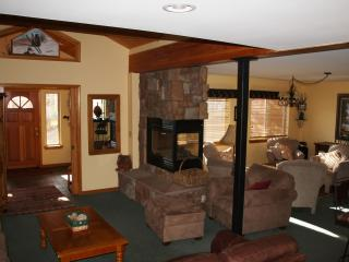 SLEEPS 8 WITH GARAGE AND PRIVATE HOT TUB!, Wildernest