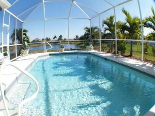 Villa Lake El Dorado - fabulous location on lake, Cape Coral