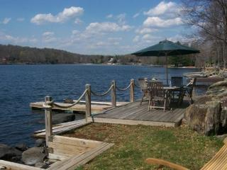 LAKEFRONT w/HOT TUB & POOL TABLE! #2030, Lac Ariel