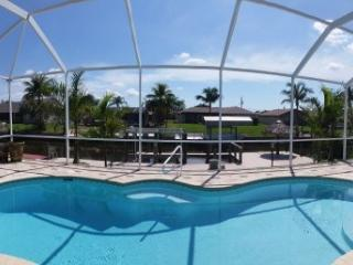 Luxury waterfront villa with boat dock and lift!, Cape Coral
