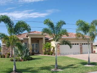 Villa Sunshine with boat, pool spa/whirlpool, Cape Coral
