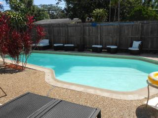 Furnished 4 Bedroom Home with Pool & Hottub, Fort Lauderdale