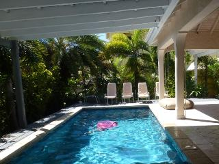 Caribbean style, with lovely small garden & pool, Jolly Harbour