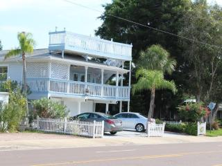 5 Star Beach House! Sleeps 15, Elevator, Bikes..., Redington Beach