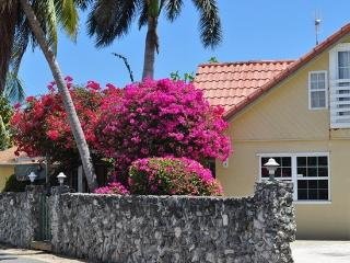 Private Villa Set Behind Coral Wall, Ocean Views, Gran Caimán