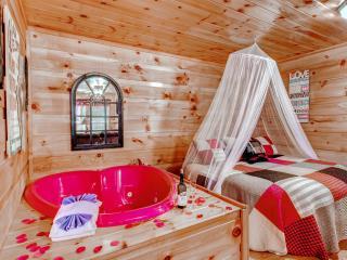 Hanky Panky Romantic Smoky Mtn Honeymoon Cabin, Pigeon Forge