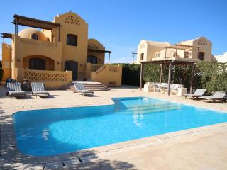 Beautiful Gouna Villa on lagoon with heated pool, El Gouna