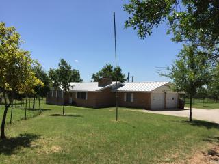 Comfortable Home Close to Town, Luckenbach
