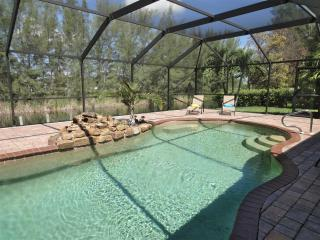 NEW: Beautiful Villa at the water - remodeled 2015, Cape Coral