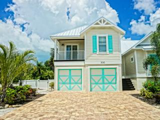 Beautiful home, minutes from beach, bikes, beach gear, free heated pool/ spa