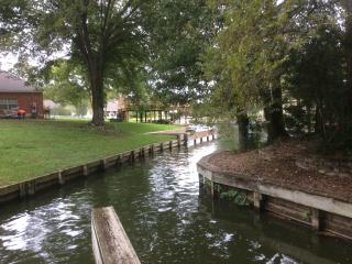 Lake views, your own dock, gated community, Montgomery
