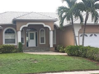 Remodeled Apataki Ct Waterfront home with pool, Marco Island