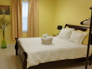 Elijah's Room: queen bed with beautiful bright decor!