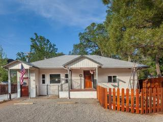 Country Cottage in Convenient Location!