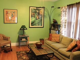 Quiet, Artsy and Comfy 2-BR in Lincoln Square, Chicago