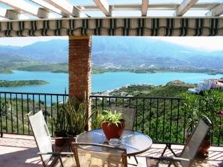 Casa Maroma, sleeps 8, 3 beds, stunning lake view, Viñuela