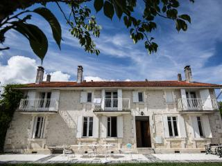 Les Avelines stone farmhouse with pool and views, Brossac