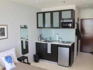 NEW studio across the beach (WiFi/Cable/Parking), Isla Verde