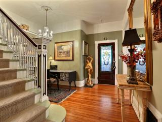 Mombo's Victorian 2 to3 Bed...3 Bath sleeps 2 to 6