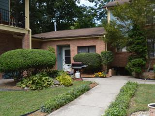Large, relaxing apt. in lodge, adjoining park, Laurel Park