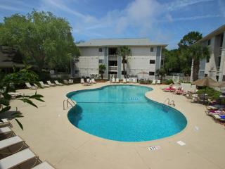 Poolside Villa - 5 min. walk to the beach!, Hilton Head