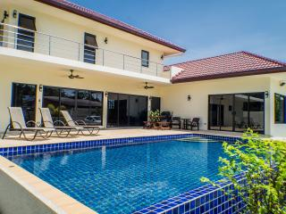 Lux 3 BR Pool Villa - with Car - Last Min D/counts, Nai Harn