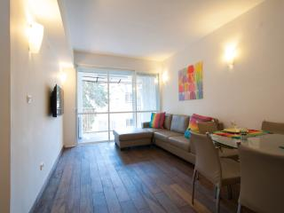 Beautifully Renovated 3 Bdrm In Leafy Greek Colony