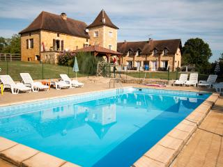 4 Stone Gites, peaceful location, large pool., Saint-Aubin-de-Nabirat